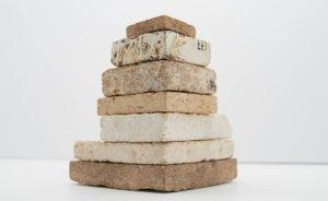 Des briques de mycélium fabriquées par l'entreprise américaine Mycoworks. © Mycoworks.